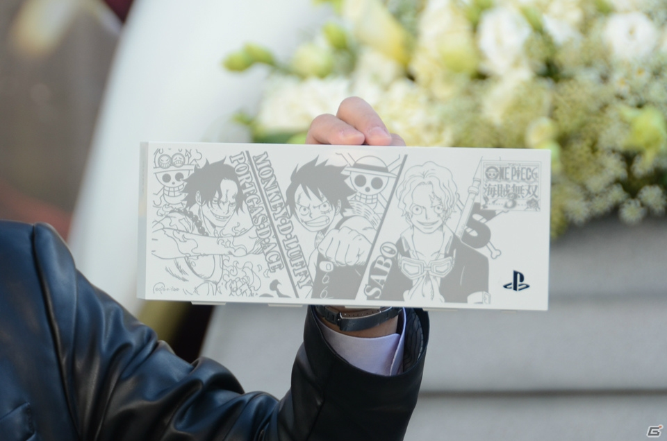 Custom One Piece PlayStation 4 Features Ace, Luffy and Sabo haruhichan.com One Piece Playstation 4 console 2