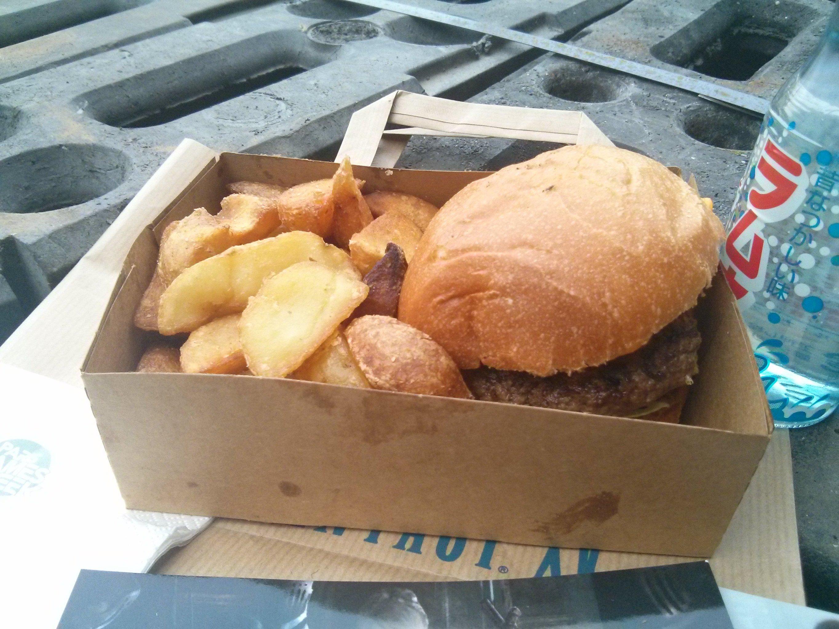 Final Fantasy XV Food Truck Serves Burgers 7