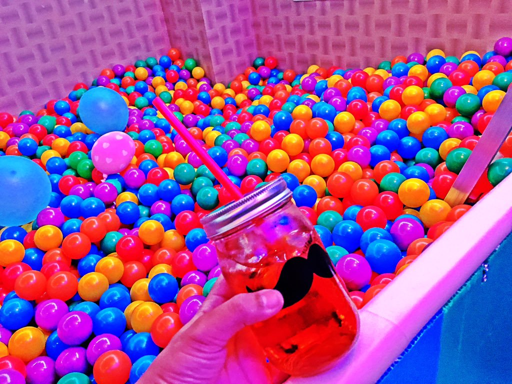 japanese-bar-has-ball-pit-2