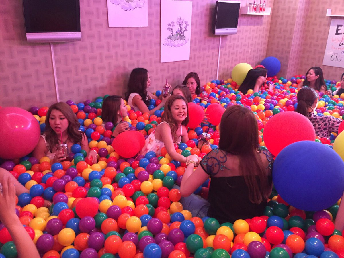japanese-bar-has-ball-pit-3