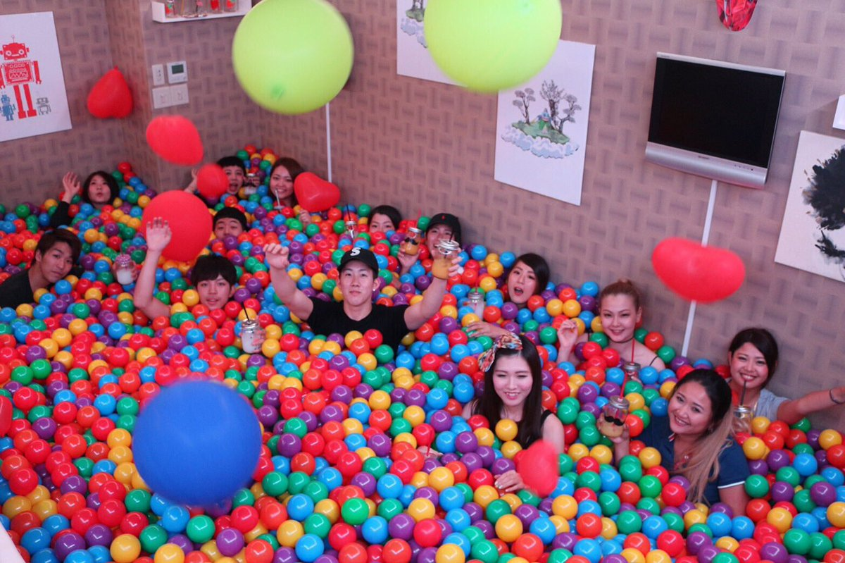 japanese-bar-has-ball-pit-4