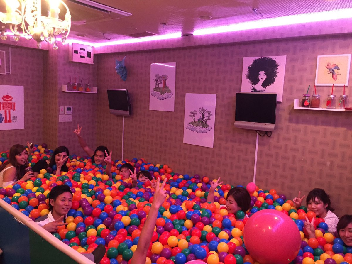 japanese-bar-has-ball-pit-5