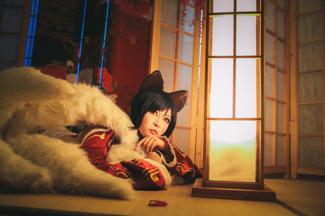 League of Legends You Can'T Dodge This Charming Cosplay of Ahri 0001