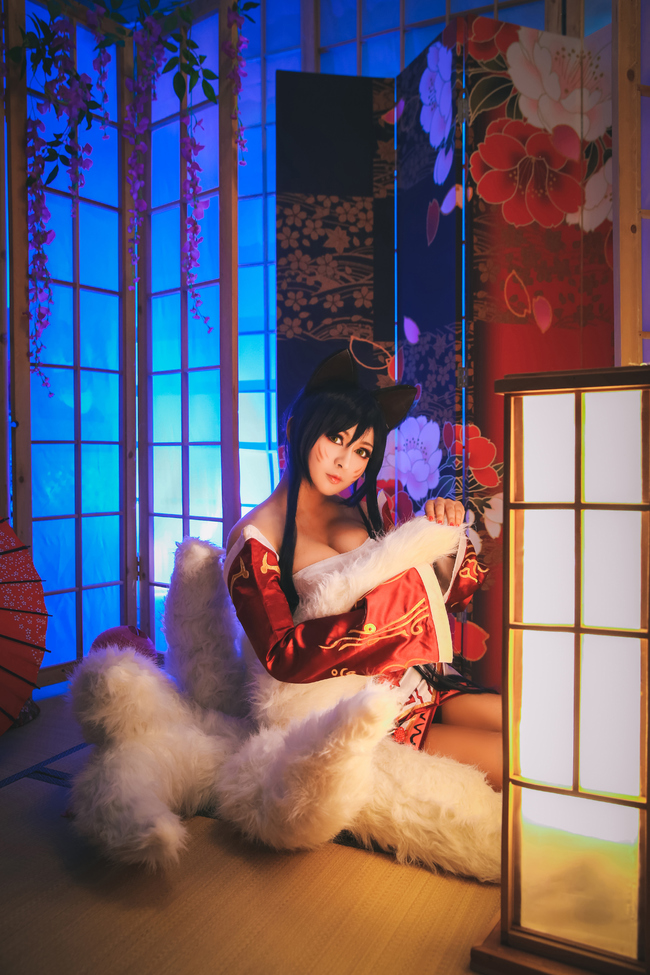 League of Legends You Can'T Dodge This Charming Cosplay of Ahri 0010