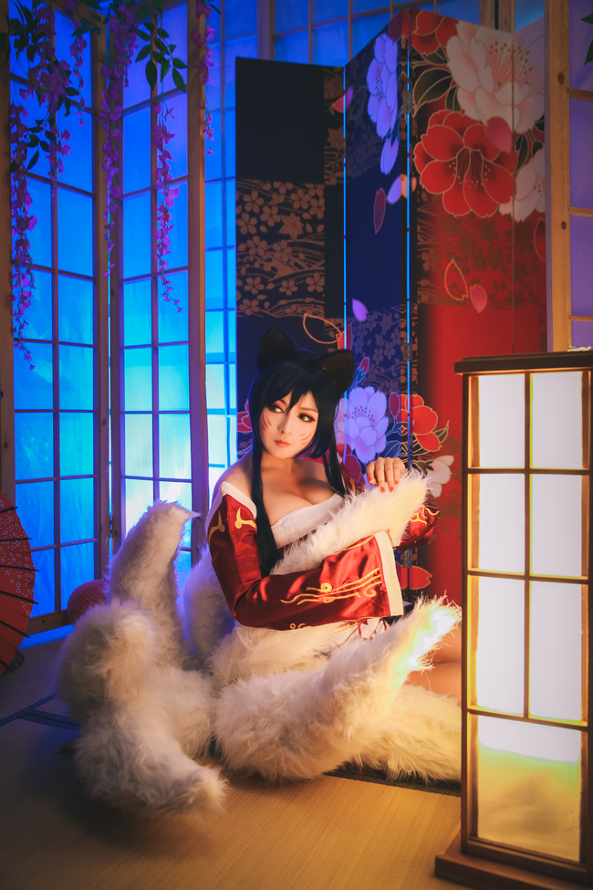 League of Legends You Can'T Dodge This Charming Cosplay of Ahri 0011